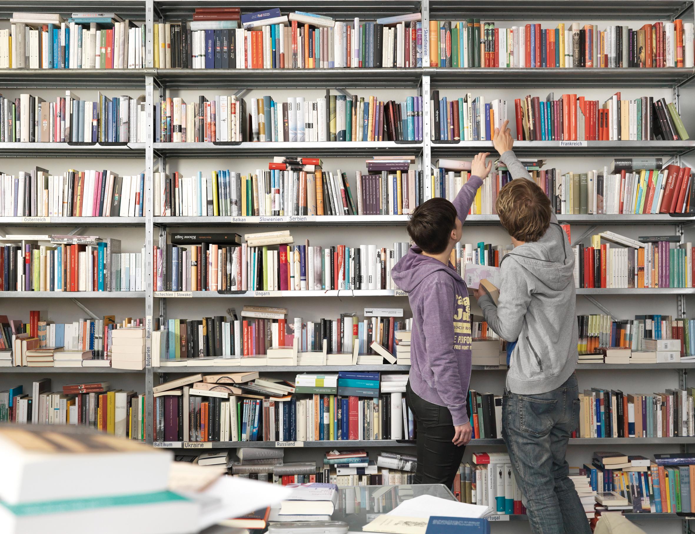 Jugendliche in einer Bibliothek